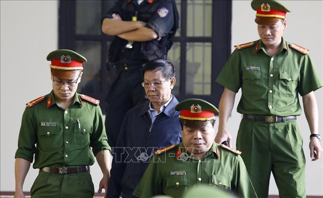 Bị cáo Phan Văn Vĩnh được cơ quan chức năng dẫn giải ra tòa.