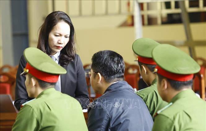 Luật sư bào chữa nói chuyện với bị cáo Nguyễn Văn Dương trước giờ xét xử.