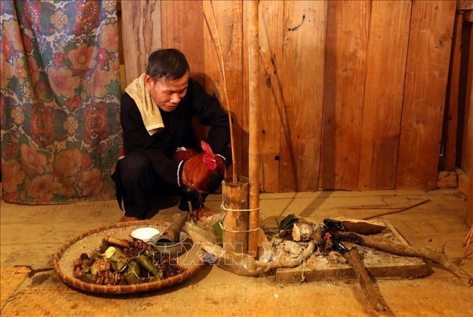 Thầy cúng làm lễ trong lễ Mền Lóong Phạt Ái của đồng bào dân tộc Cống. Ảnh: Phan Tuấn Anh/TTXVN