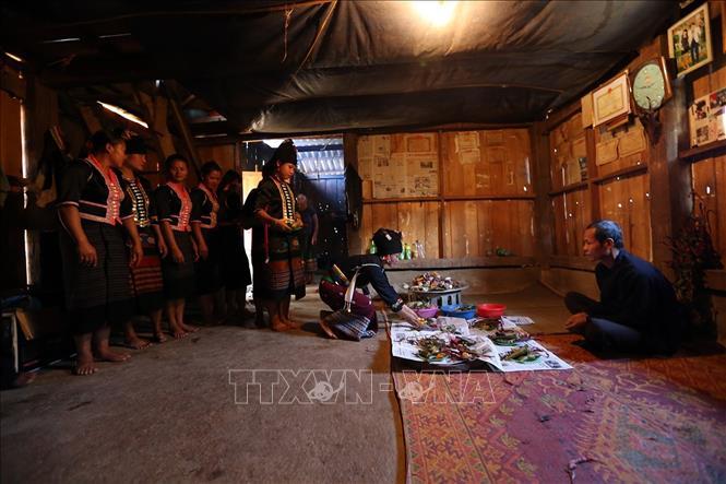 Các gia đình mang lễ vật đến nhà thầy cúng để cúng trong lễ Mền Lóong Phạt Ái của đồng bào dân tộc Cống. Ảnh: Phan Tuấn Anh/TTXVN