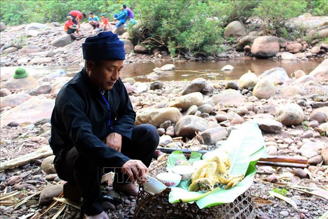 Thầy cúng làm lễ cúng thần lửa trong lễ Gạ Ma Thú của đồng bào dân tộc Hà Nhì. Ảnh: Phan Tuấn Anh/TTXVN