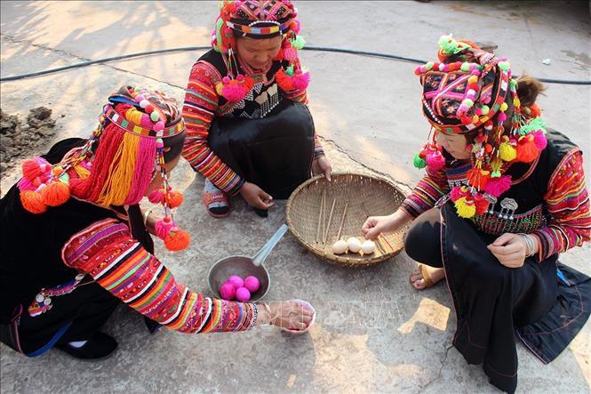 Chuẩn bị lễ vật để cúng trong lễ Gạ Ma Thú của đồng bào dân tộc Hà Nhì. Ảnh: Phan Tuấn Anh/TTXVN
