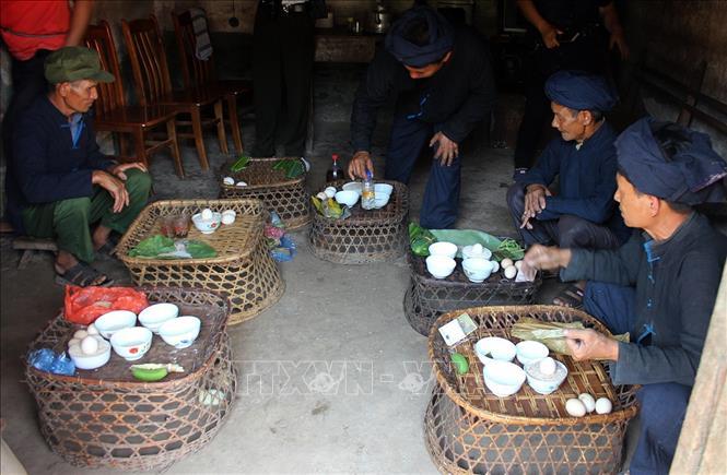 Các thầy cúng chuẩn bị mâm lễ vật để cúng trong lễ Gạ Ma Thú của đồng bào dân tộc Hà Nhì. Ảnh: Phan Tuấn Anh/ TTXVN