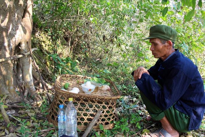 Thầy cúng làm lễ cúng thần rừng trong lễ Gạ Ma Thú của đồng bào dân tộc Hà Nhì. Ảnh: Phan Tuấn Anh/TTXVN