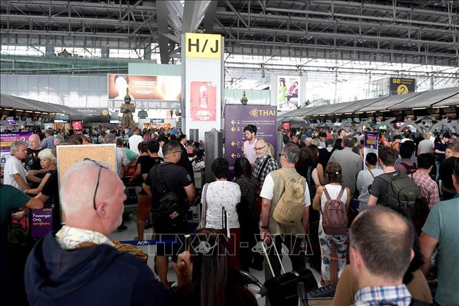 Hành khách chờ đợi tại khu vực kiểm tra an ninh sân bay quốc tế Suvarnabhumi, Bangkok, Thái Lan ngày 28/2/2019. Ảnh: AFP/TTXVN