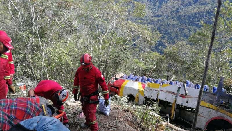 Xe buýt rơi xuống hẻm núi vì cố vượt ô tô tải, gần 50 người thương vong