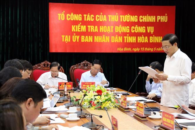 Phó Chủ tịch UBND tỉnh Hòa Bình Bùi Văn Cửu báo cáo đoàn công tác.
