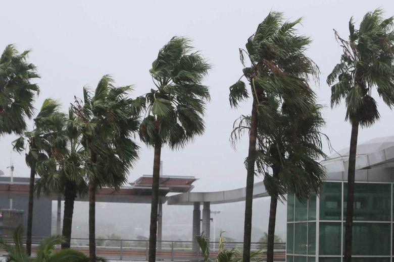 Mưa lớn, gió lốc do bão Tapah, Trung Quốc phải hủy hàng trăm chuyến bay