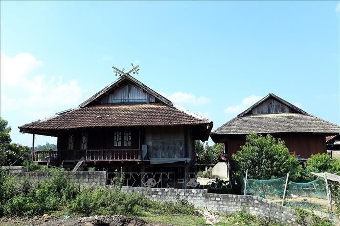 Biểu tượng Khau cút trên các mái nhà của đồng bào Thái đen đang bị mất dần đi theo thời gian. Ảnh: Phan Tuấn Anh/TTXVN