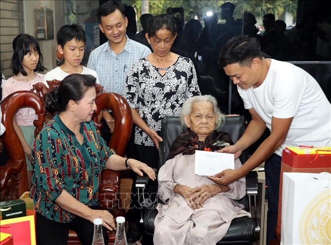 Chủ tịch Quốc hội thăm gia đình chính sách tại Quảng Nam, Đà Nẵng