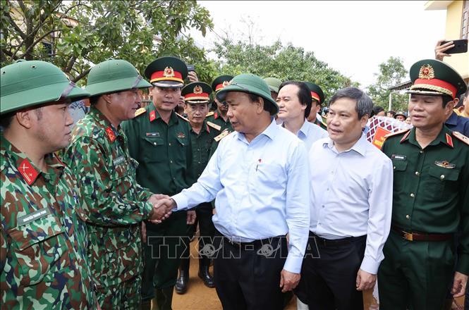 Thủ tướng Nguyễn Xuân Phúc thăm hỏi cán bộ, chiến sĩ lực lượng quân đội thuộc Bộ Chỉ huy quân sự tỉnh Quảng Bình. Ảnh: Thống Nhất/TTXVN