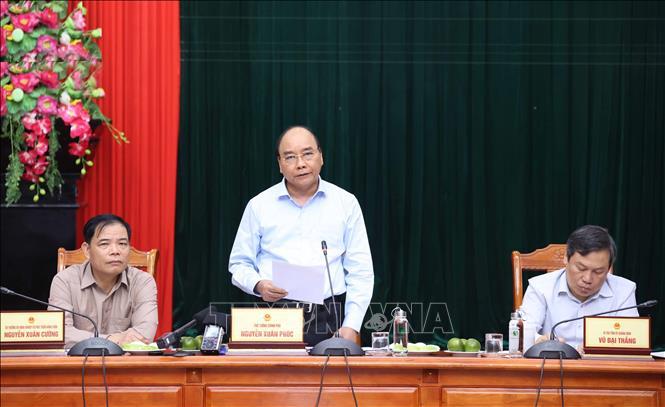 Thủ tướng Nguyễn Xuân Phúc làm việc với lãnh đạo các tỉnh miền Trung về công tác khắc phục hậu quả mưa lũ và tìm kiếm, cứu nạn. Ảnh: Thống Nhất/TTXVN