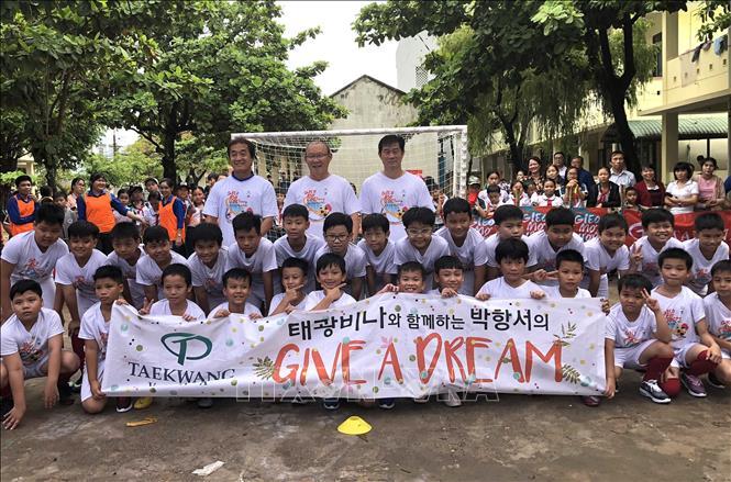 """HLV Park Hang-seo """"gieo ước mơ"""" bóng đá cho trẻ em vùng khó khăn"""