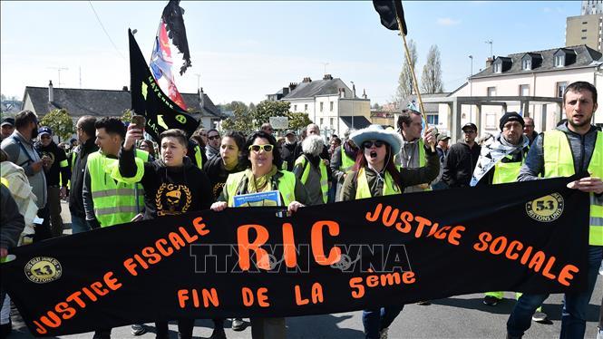 Biểu tình biến thành bạo động, trên 100 ''áo vàng'' bị bắt tại Paris