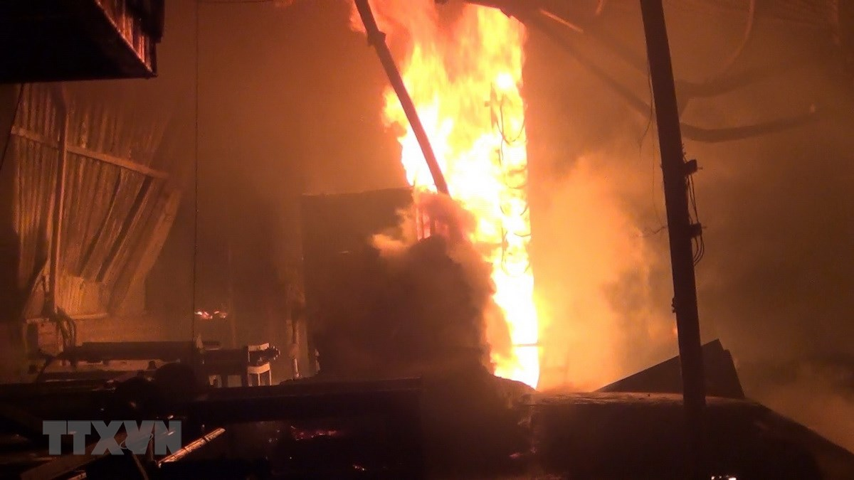 Xưởng gỗ hơn 1.000 m2 bị ''bà hỏa'' thiêu rụi