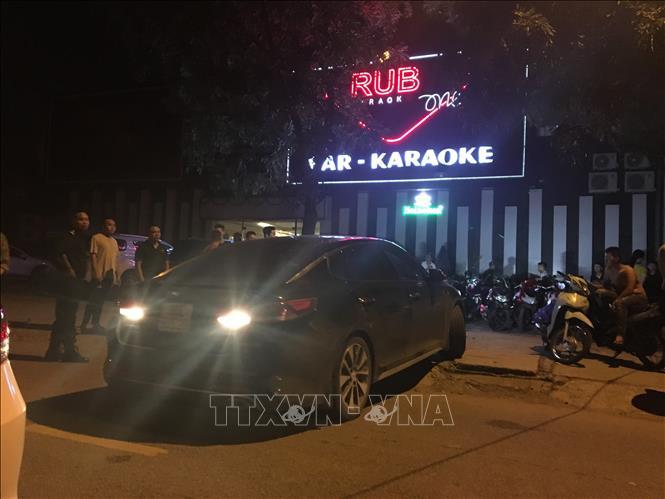 Lực lượng chức năng kiểm tra quán Bar Karaoke Ruby. Ảnh: TTXVN phát