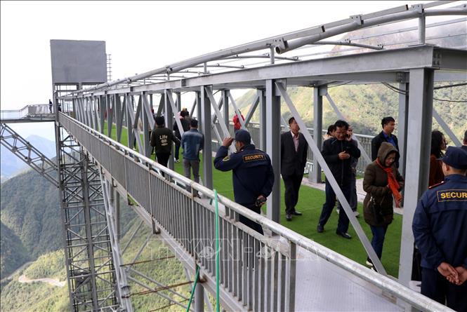 Ngày đầu khai trương, nhưng Khu du lịch sinh thái cầu kính Rồng Mây thu hút hàng nghìn du khách đến tham quan.