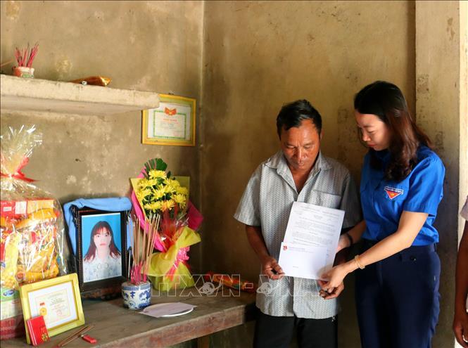 Thân nhân em Hồ Thị Thoan đón nhận Huy hiệu