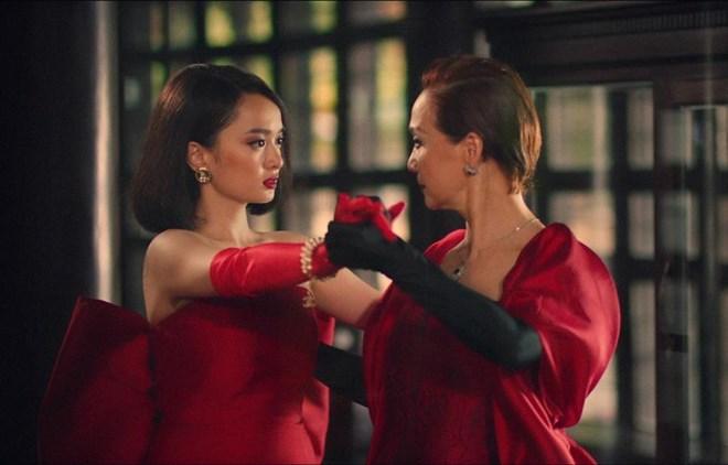 Kaithy Nguyễn (trái) và Lê Khanh trong ''Gái già lắm chiêu V''. Ảnh: vietnam+