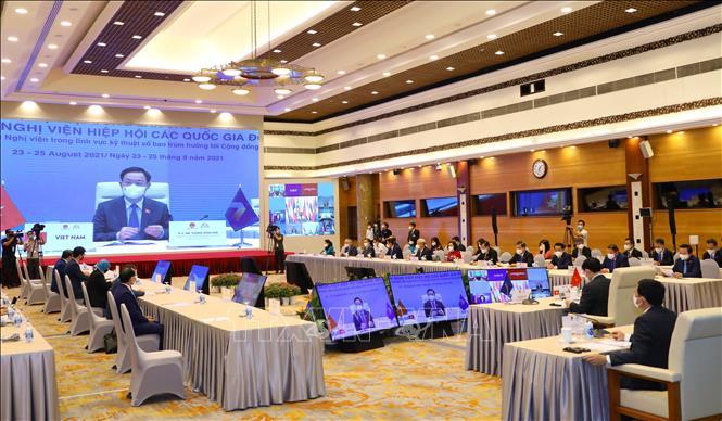 Chủ tịch Quốc hội Vương Đình Huệ với các thành viên Đoàn đại biểu cấp cao Quốc hội Việt Nam dự họp Phiên toàn thể thứ hai. Ảnh: Nguyễn Điệp/TTXVN