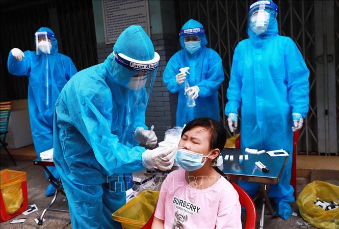 Tổ y tế lưu động Phường 3, Quận 4 (TP Hồ Chí Minh) lấy mẫu xét nghiệm cho người dân tại Chung cư B3. Ảnh: Đinh Hằng/TTXVN