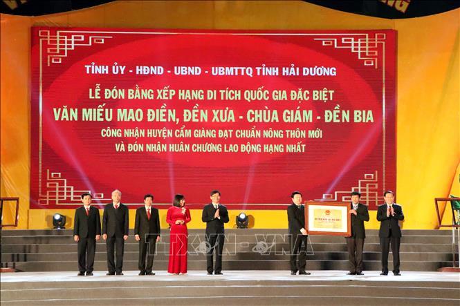 Phó Thủ tướng Vương Đình Huệ trao Bằng công nhận huyện nông thôn mới cho lãnh đạo, cán bộ, nhân dân tỉnh Hải Dương, huyện Cẩm Giàng. Ảnh: Mạnh Tú/TTXVN