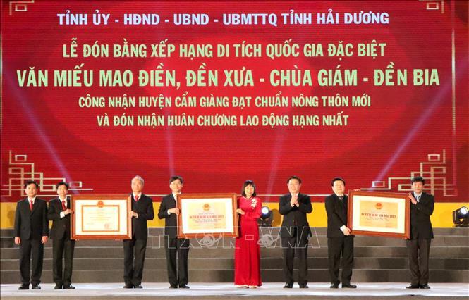 Phó Thủ tướng Vương Đình Huệ trao tặng Bằng xếp hạng Di tích Quốc gia đặc biệt, Bằng công nhận huyện đạt chuẩn nông thôn mới cho lãnh đạo, cán bộ và nhân dân tỉnh Hải Dương. Ảnh: Mạnh Tú/TTXVN