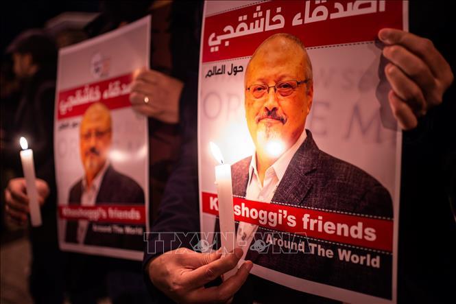 Thắp nến tưởng niệm nhà báo Jamal Khashoggi bên ngoài lãnh sự quán Saudi Arabia ở Istanbul, Thổ Nhĩ Kỳ ngày 25/10. Ảnh: AFP/TTXVN