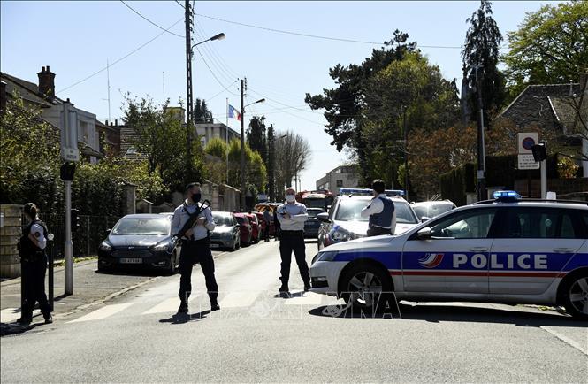 Tấn công bằng dao tại một đồn cảnh sát gần Paris