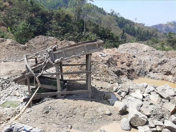 Khai thác vàng trái phép tại rừng phòng hộ ở Nam Đông