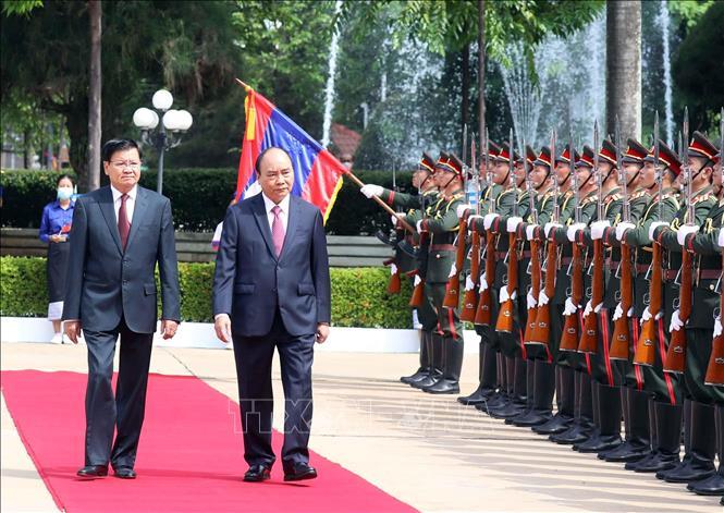 Tổng Bí thư, Chủ tịch nước Lào Thongloun Sisoulith và Chủ tịch nước Nguyễn Xuân Phúc duyệt đội danh dự. Ảnh: Thống Nhất/TTXVN