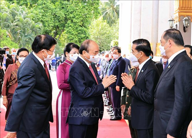Chủ tịch nước Cộng hòa Xã hội chủ nghĩa Việt Nam Nguyễn Xuân Phúc và Tổng Bí thư, Chủ tịch nước Lào Thongloun Sisoulith với các thành viên đoàn đại biểu cấp cao 2 nước tại lễ đón. Ảnh: Thống Nhất/TTXVN