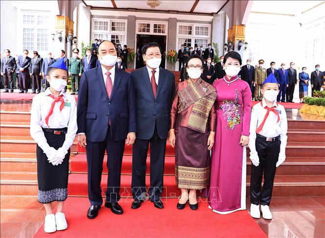 Tổng Bí thư, Chủ tịch nước Lào Thongloun Sisoulith và Phu nhân cùng Chủ tịch nước Việt Nam Nguyễn Xuân Phúc và Phu nhân tại lễ đón. Ảnh: Thống Nhất/TTXVN