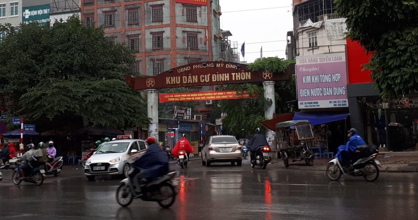 Lạ mắt với hàng cột, biển 'đồng phục' tại tuyến phố kiểu mẫu thứ 2 của Hà Nội - Ảnh 1.