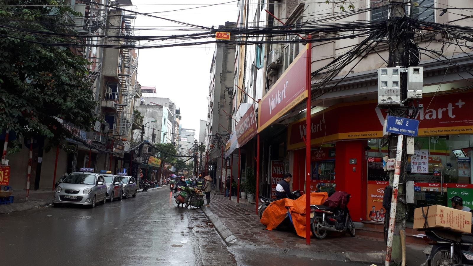 Lạ mắt với hàng cột, biển 'đồng phục' tại tuyến phố kiểu mẫu thứ 2 của Hà Nội - Ảnh 2.