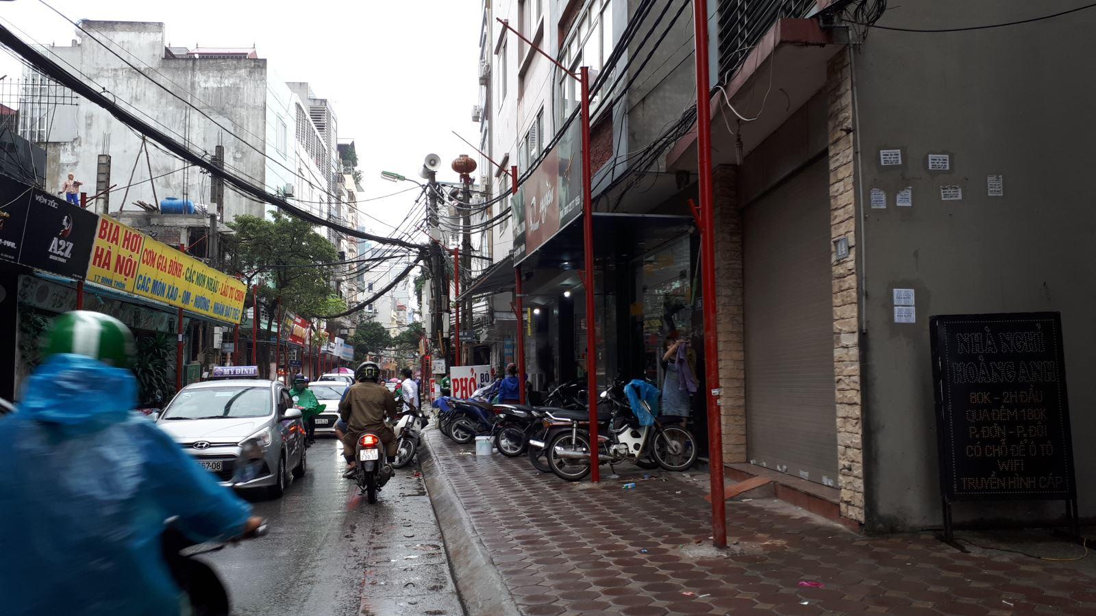 Lạ mắt với hàng cột, biển 'đồng phục' tại tuyến phố kiểu mẫu thứ 2 của Hà Nội - Ảnh 3.