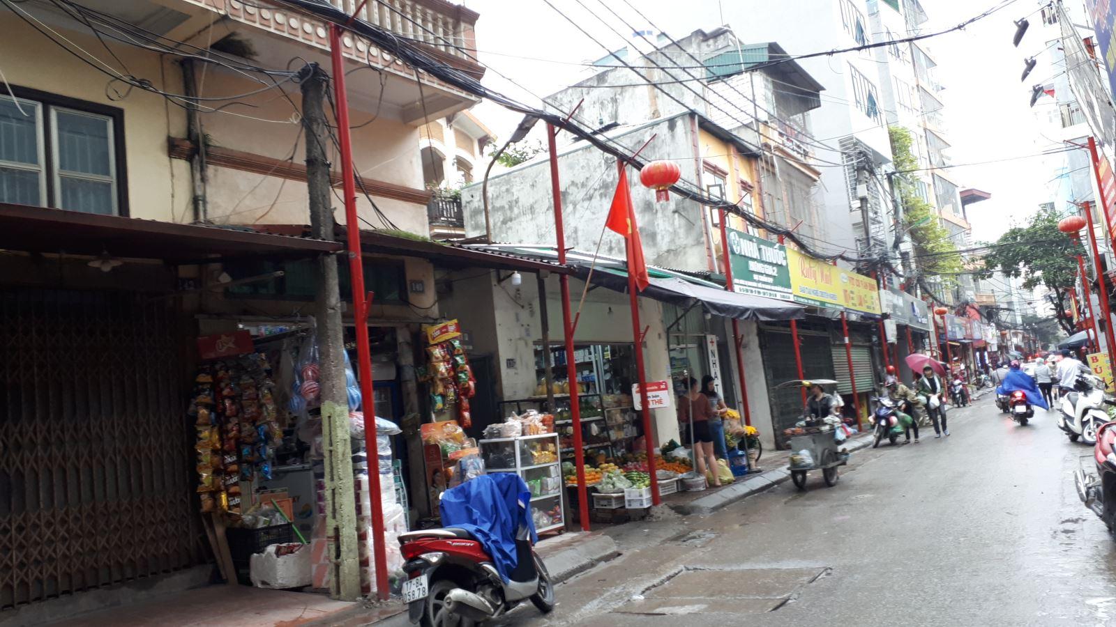 Lạ mắt với hàng cột, biển 'đồng phục' tại tuyến phố kiểu mẫu thứ 2 của Hà Nội - Ảnh 7.