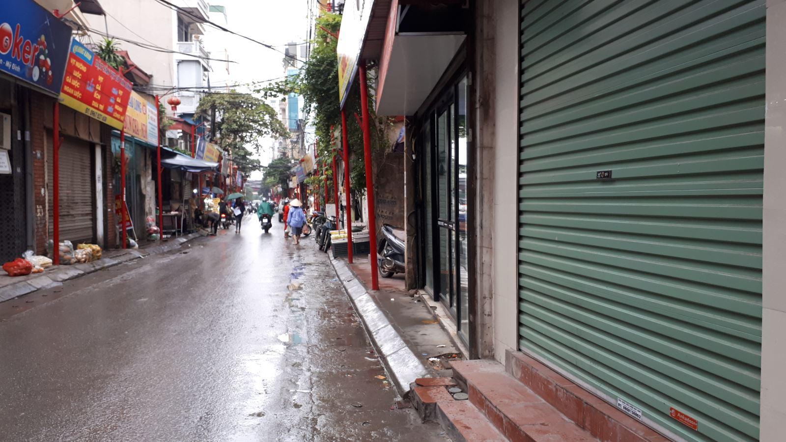 Lạ mắt với hàng cột, biển 'đồng phục' tại tuyến phố kiểu mẫu thứ 2 của Hà Nội - Ảnh 8.