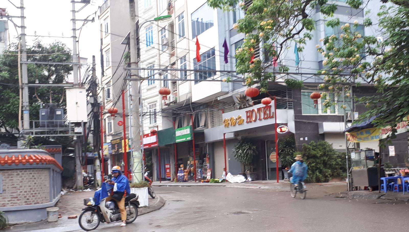 Lạ mắt với hàng cột, biển 'đồng phục' tại tuyến phố kiểu mẫu thứ 2 của Hà Nội - Ảnh 9.