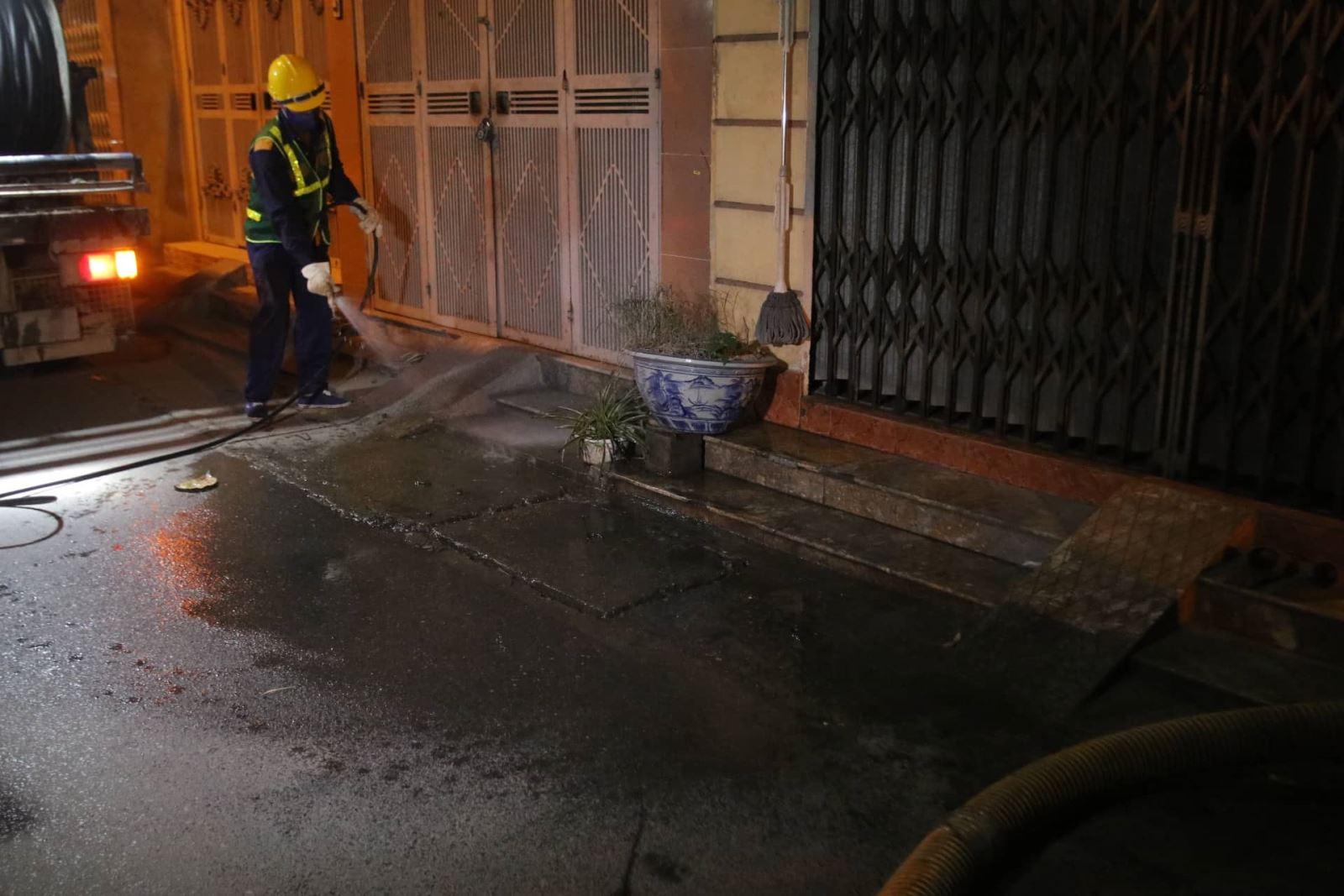 Công nhân triển khai phun rửa.