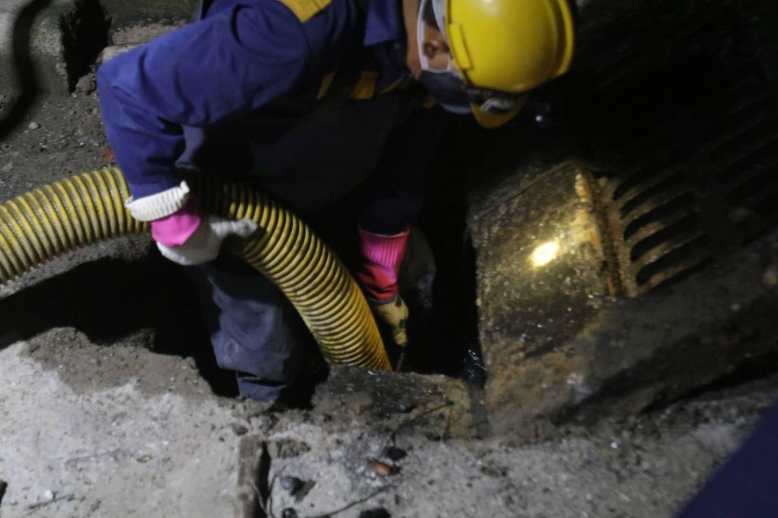 Triển khai hút bùn dưới hệ thống cống rãnh.