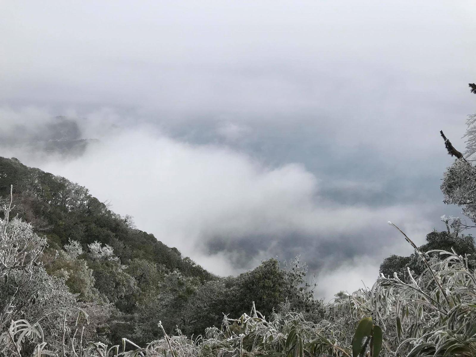 Khách du lịch rủ nhau lên vùng miền núi phía Bắc ngắm băng tuyết