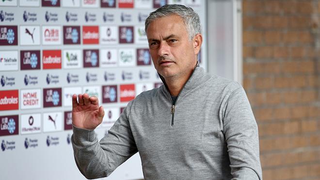 """Mourinho: """"Bạn có biết M.U sẽ tốn bao nhiêu nếu sa thải tôi không?"""""""