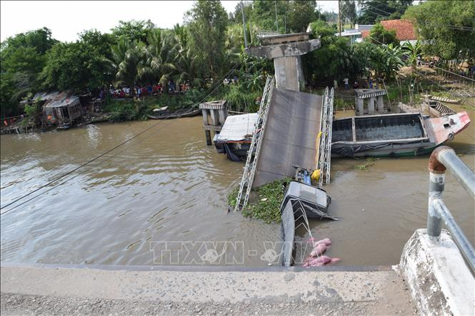 Hiện trường cầu Tân Nghĩa (huyện Cao Lãnh, tỉnh Đồng Tháp) bị sập nhịp giữa.