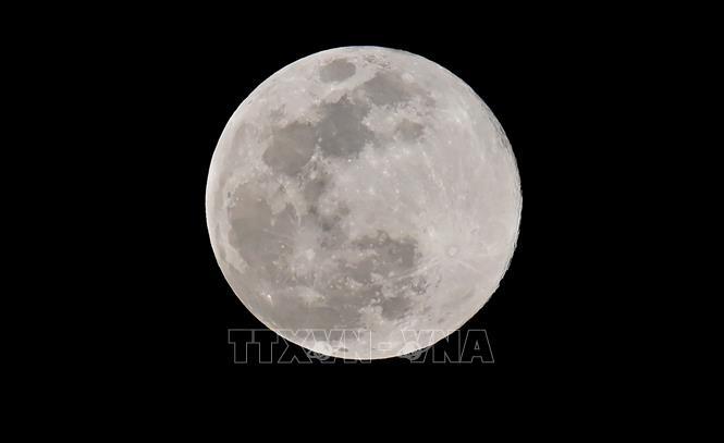 Mặt trăng nhìn từ Los Angeles, Mỹ, ngày 20/3/2019. Ảnh: AFP/TTXVN
