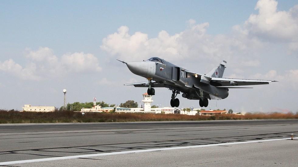 Căn cứ Không quân Nga tại Syria bị 'mưa rốc-két' tấn công