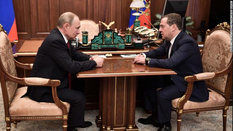 Thủ tướng Nga Medvedev từ chức, giải tán chính phủ - Ảnh 1.