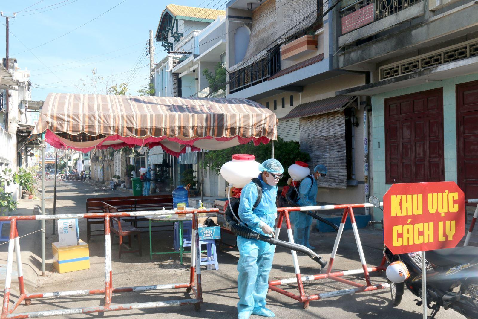 Phun thuốc diệt khuẩn 2 lần/ngày tại khu cách ly phường Đức Thắng, thành phố Phan Thiết. Ảnh: Nguyễn Thanh - TTXVN