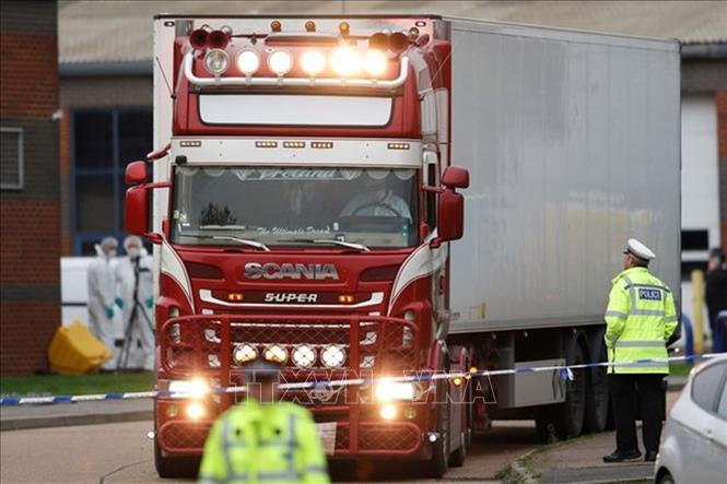 Nhà chức trách Anh điều tra tại hiện trường xe container đông lạnh chứa 39 thi thể ở Grays, Essex. Ảnh: REUTERS/TTXVN