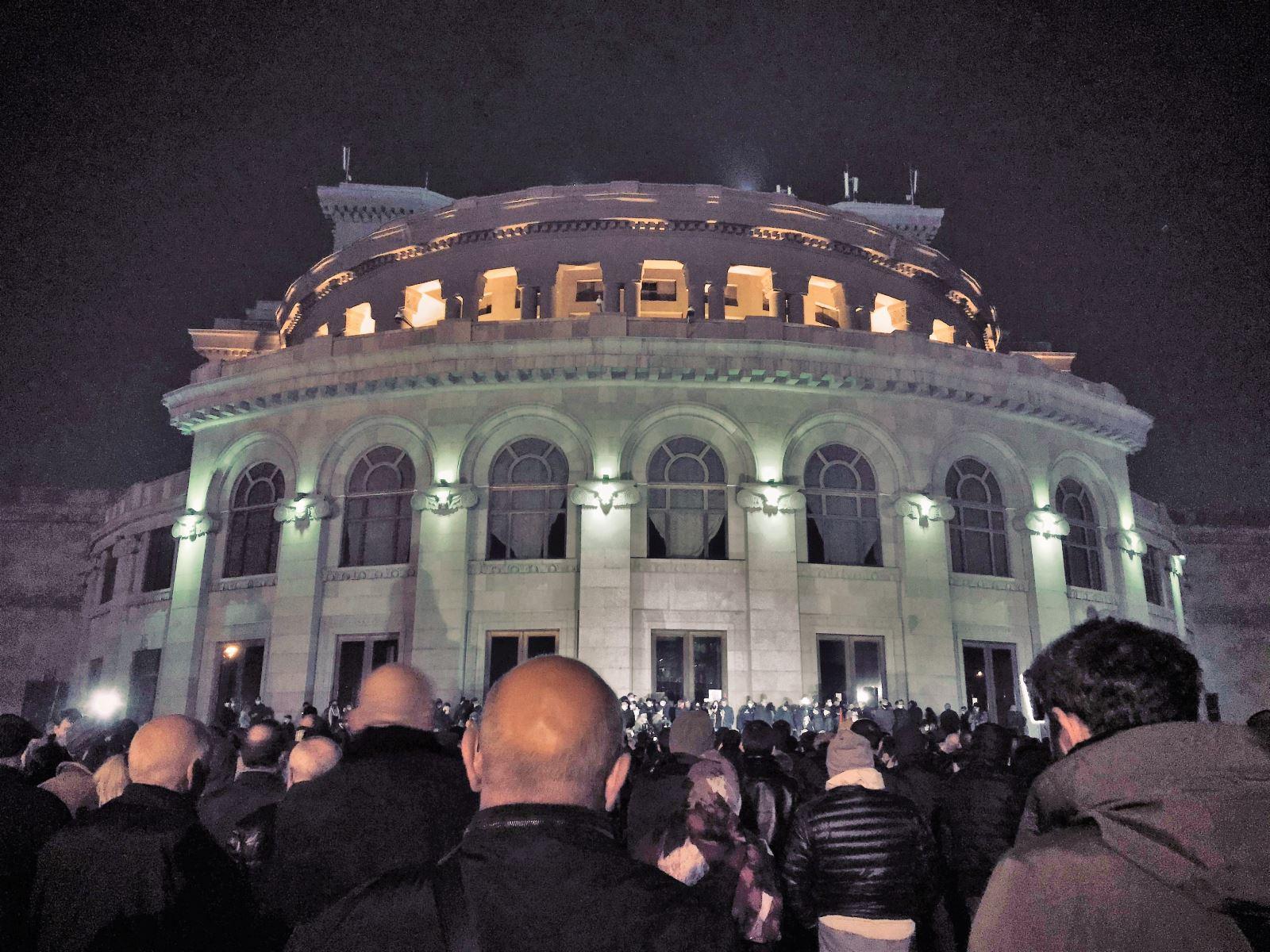Người biểu tình tại Armenia đánh chiếm tòa nhà chính phủ